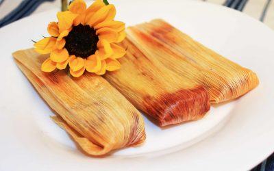 Tamales de flor de hibisco con salsa de chile rojo